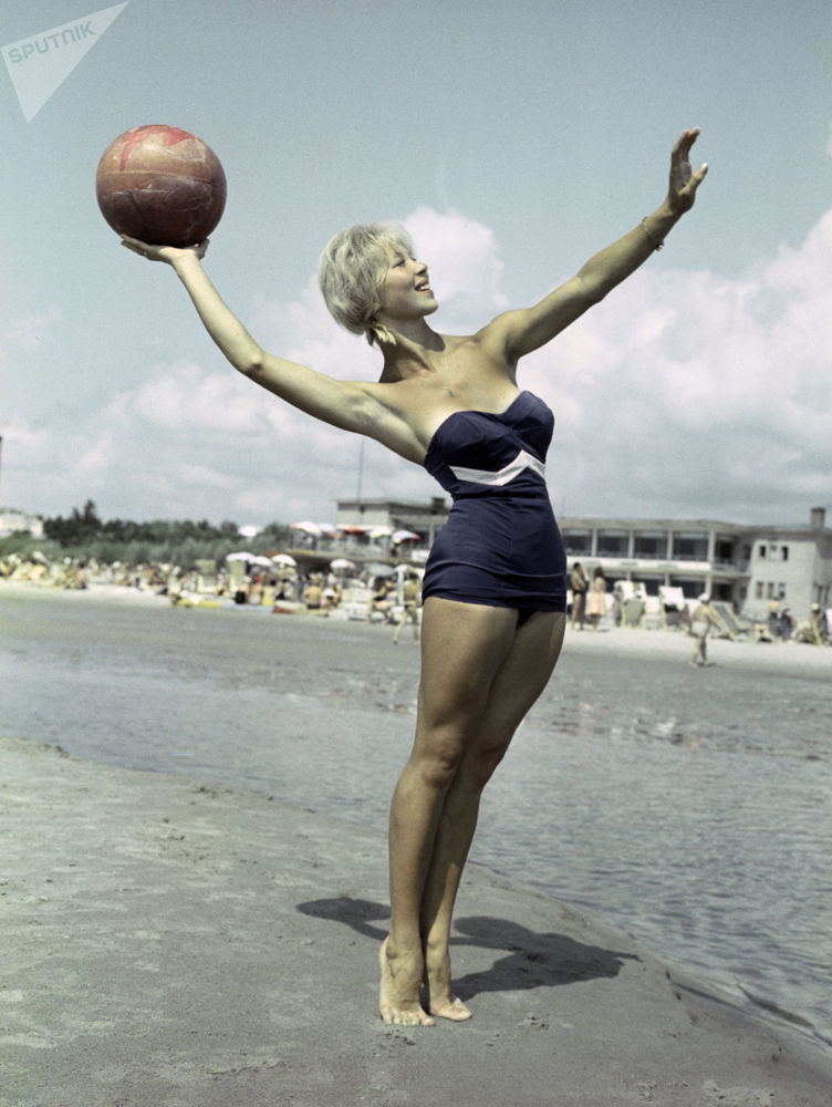 Dívka na pláži v přímořském městě Pärnu, Estonská SSR, 1961