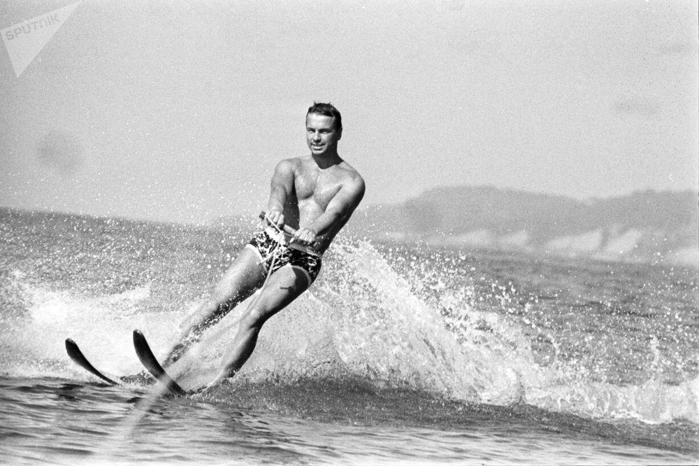 Muž jezdí na vodních lyžích v Adleru, 1971