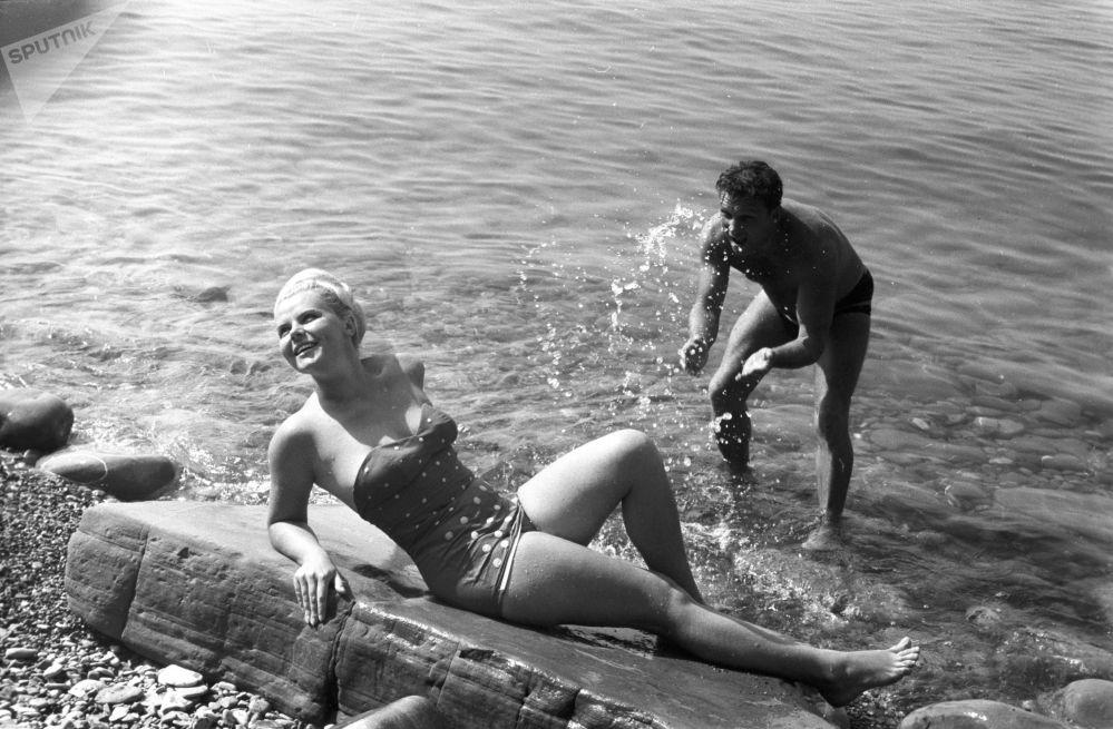 Turisté na pláži lázeňského města Soči, 1966