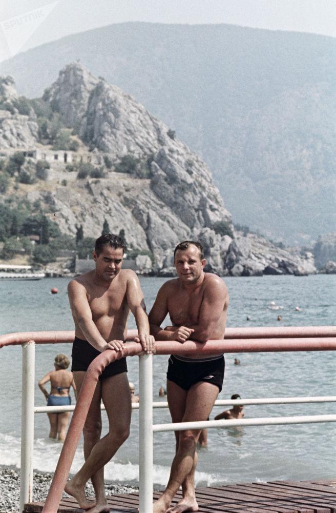 Sovětští piloti kosmonauti Andrijan Nikolajev a Jurij Gagarin na dovolené na Krymu, 1967