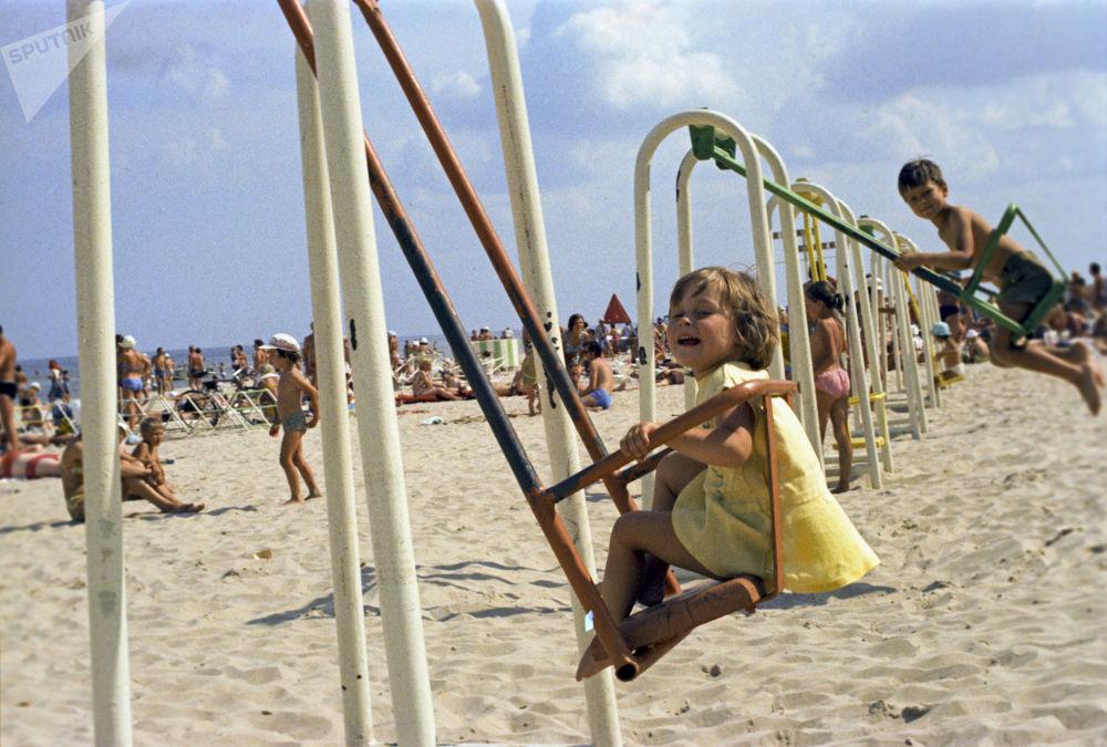 Děti se houpají na houpačce na pláži ve městě Júrmala, Lotyšská SSR, 1975