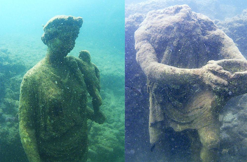 Sochy v podvodním archeologickém parku Baja, Itálie