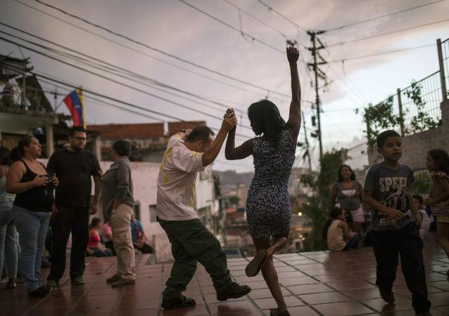 Lidé tančí na náměstí v Caracasu