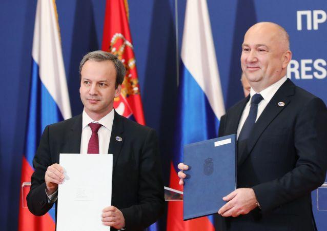 Předseda fondu Skolkovo Arkadij Dvorkovič a srbský ministr inovací a technologického rozvoje Nenad Popović