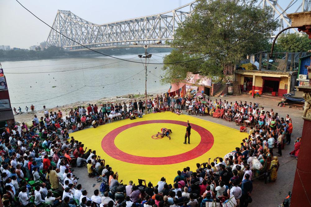 Zápas na rudožlutém koberci. Amit Moulick (Indie), finalista v nominaci Sport, single.