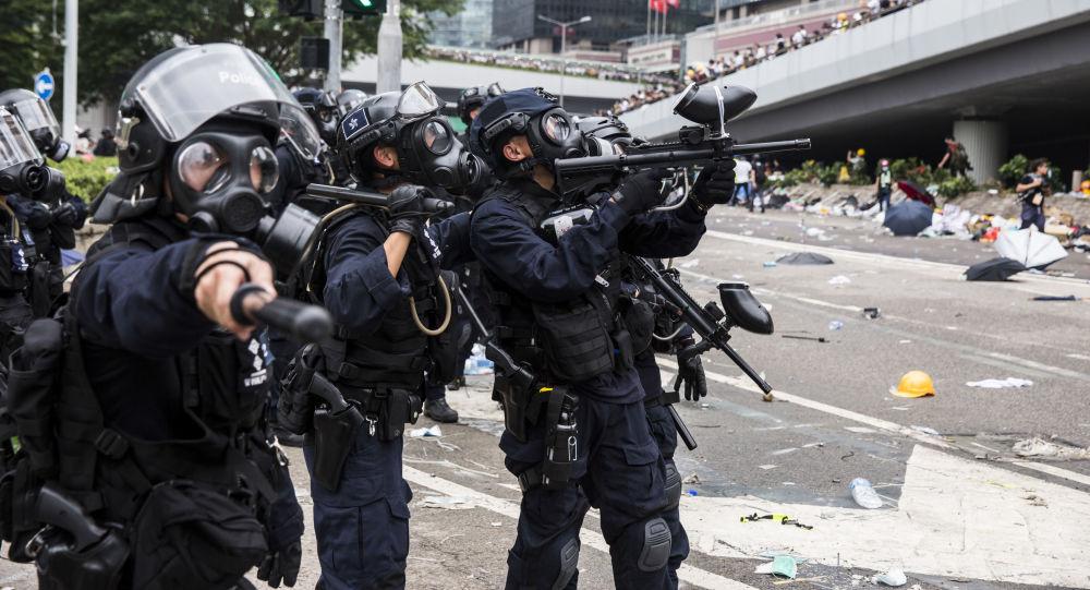Policie během střetů s demonstranty v Hong Kongu