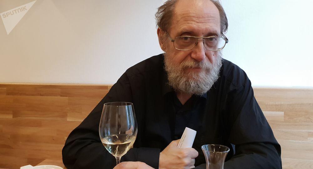 Jiří Hejlek u sklenky vína