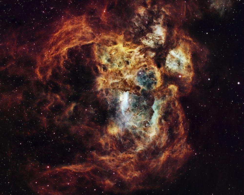 Snímek Fiery Lobster Nebula australského fotografa Suaviho Lipinskiho.