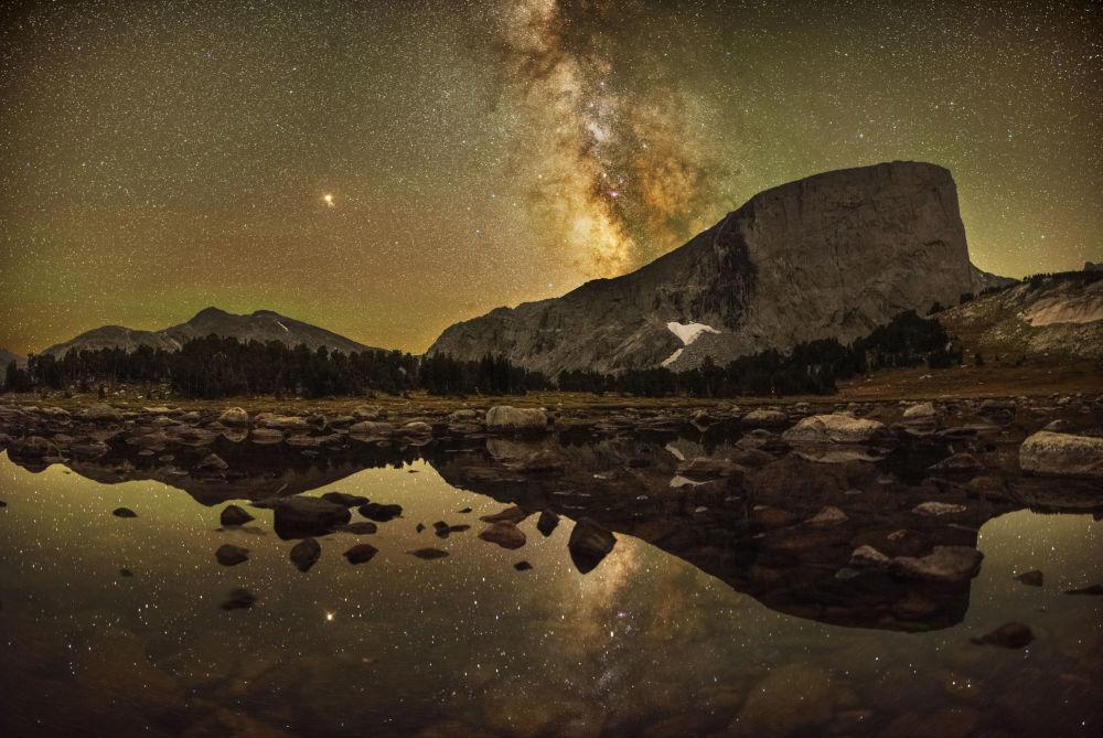 Snímek Reflections of Mount Hooker amerického fotografa Marca Tosa.