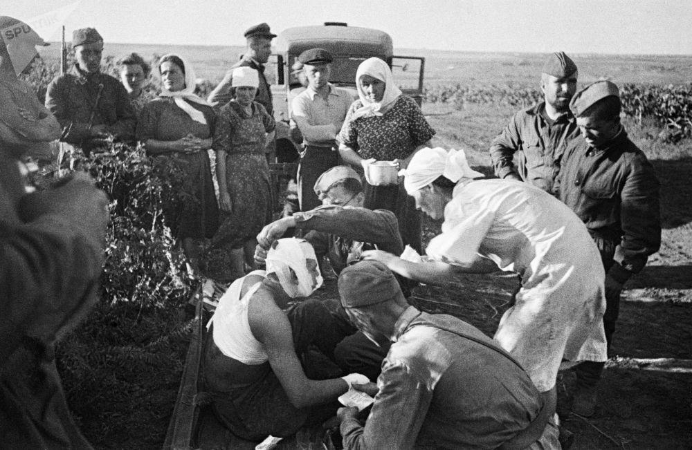Zdravotní sestry poskytují první pomoc zraněným po leteckém útoku fašistů vedle Kišiněva.