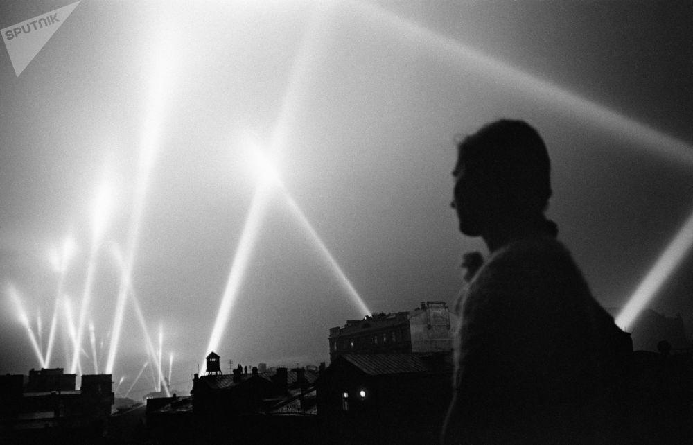 Zář reflektorů vojsk protivzdušné obrany v nebi nad Moskvou, červen 1941.