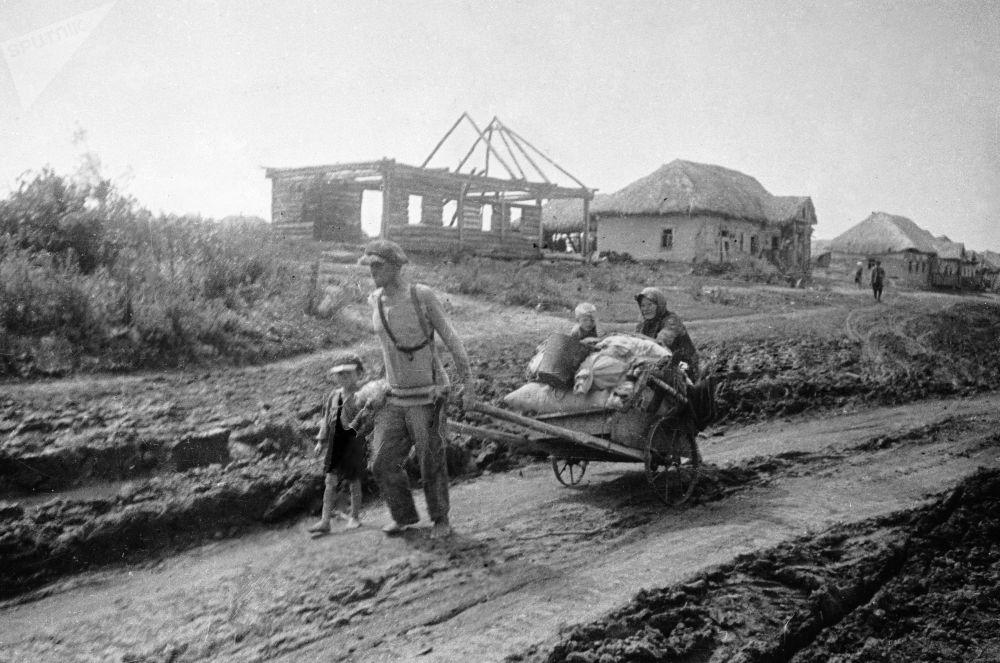 Rodina opouští svůj domy v červenci 1941.