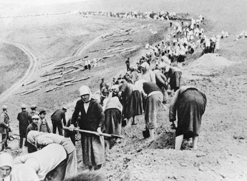 Příslušníci zemědělského družstva budují obranné linie v zóně nedaleko fronty. Červen 1941.