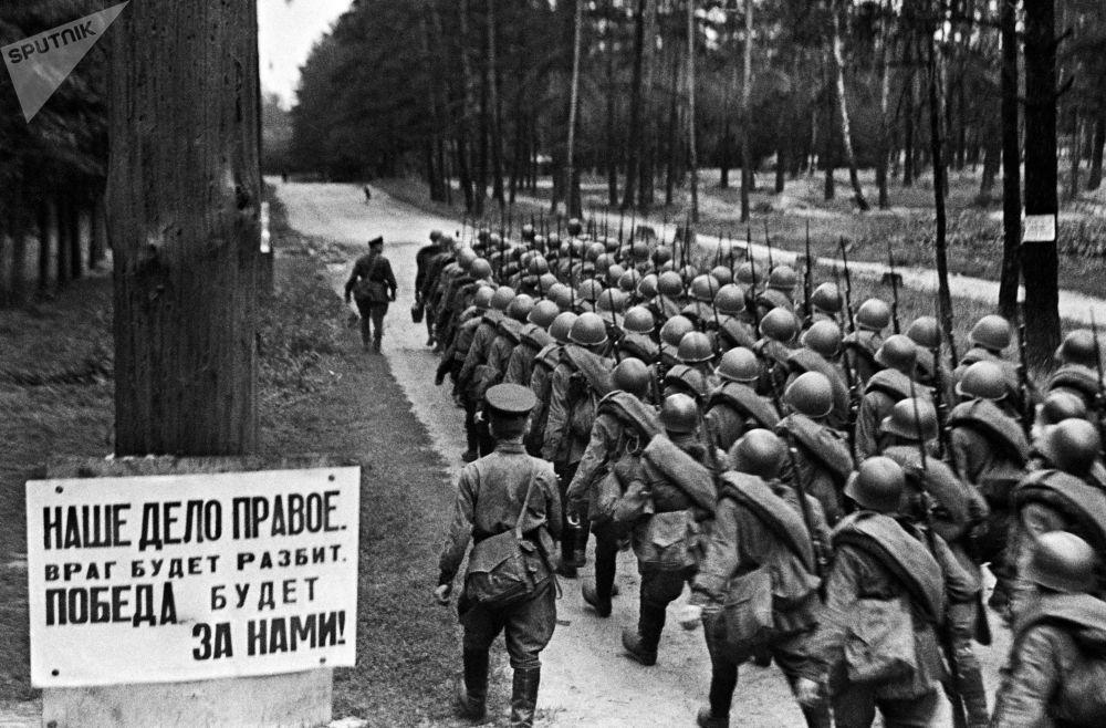 Vojáci jdou na frontu z Moskvy, 23. července 1941.