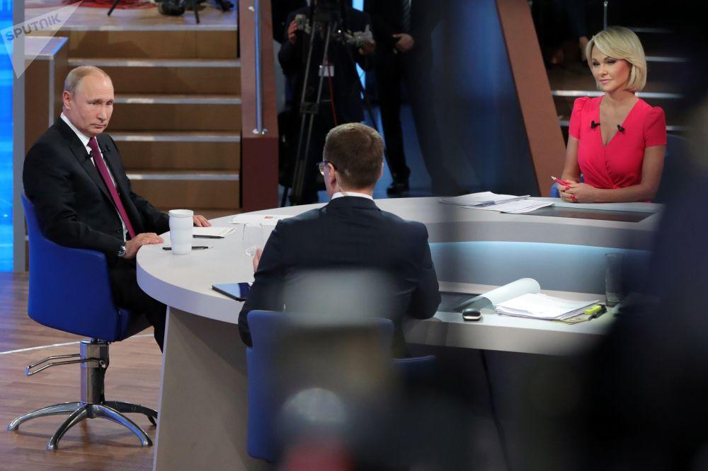 Ruský prezident Vladimir Putin během programu Přímá linka s Vladimirem Putinem ve vysílání ruských televizních a radiových stanic.