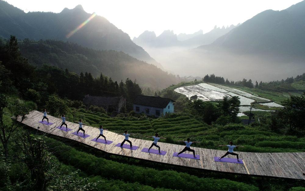 Lidé cvičí jógu v Číně.