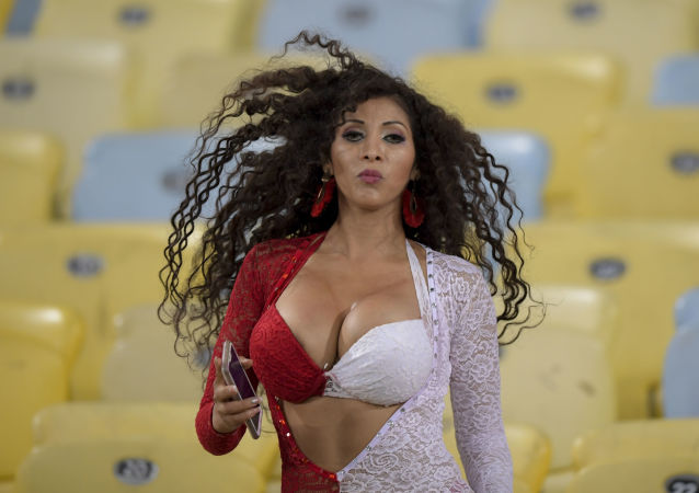 Fanynka z Peru před začátkem fotbalového zápasu turnaje Copa America v brazilském Rio de Janeiro.
