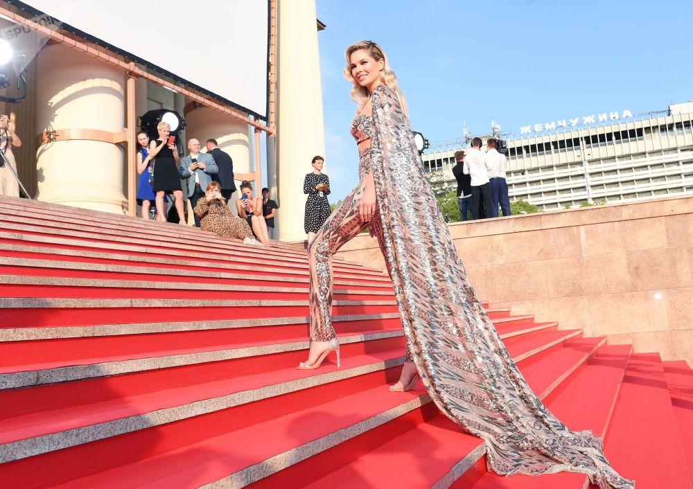 Ruská herečka Natalia Bardo během závěrečného ceremoniálu festivalu ruského kina Kinotavr.