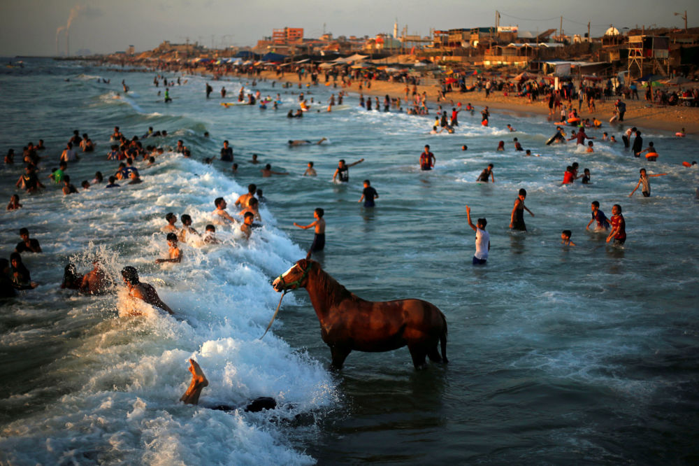 Lidé se koupají v Středozemním moři v severní části Pásma Gaza.