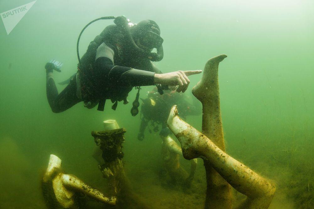 Potápěči pod vodou v Konstantinopolském lomu v Tverské oblasti.
