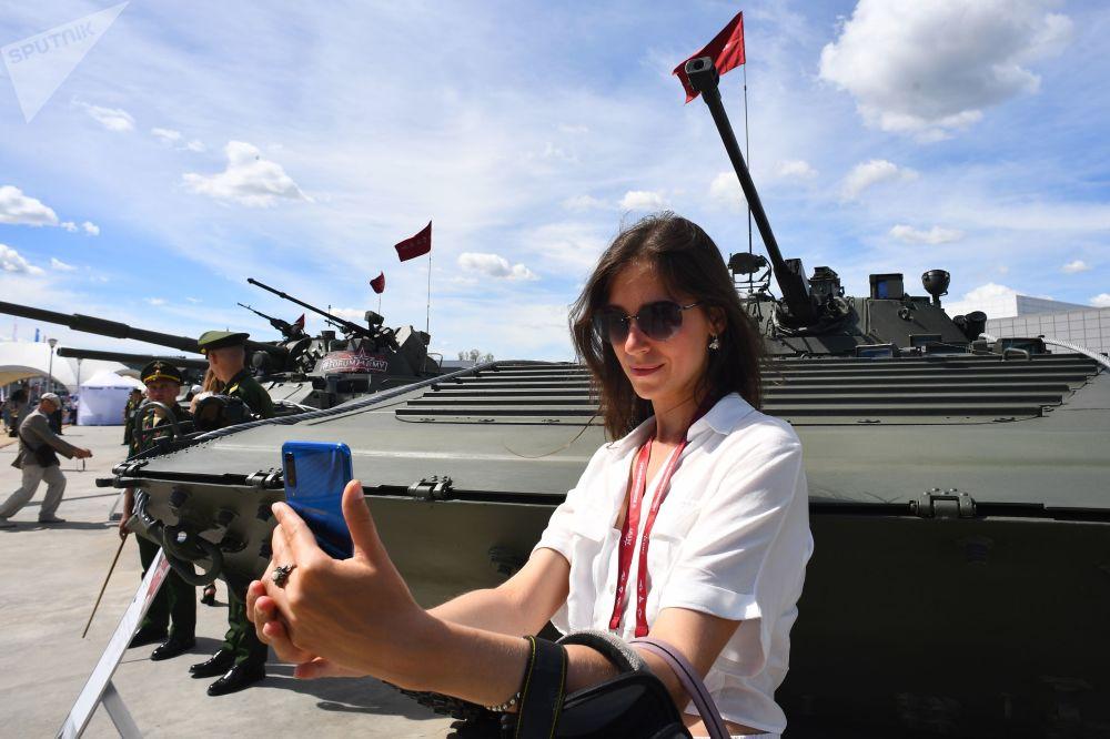 Návštěvnice u bojového vozidla pěchoty BVP-2 na Mezinárodním vojensko-technickém fóru Army 2019.