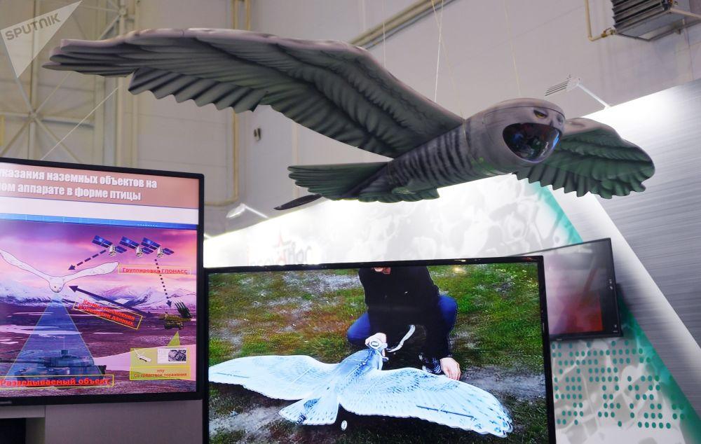 Průzkumný dron v podobě sovy.