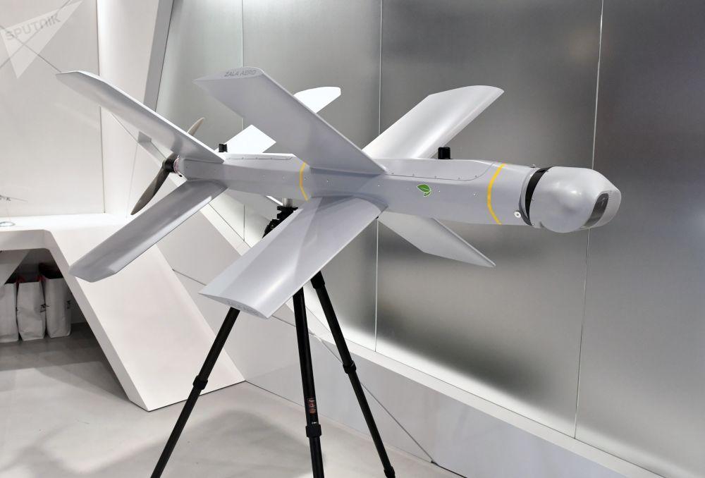Sebevražedný dron ZALA Lancet u stánku koncernu Kalašnikov na Mezinárodním vojensko-technickém fóru Army 2019.