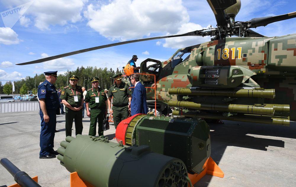 Návštěvníci před vojenskými vrtulníky Mi28NE na Mezinárodním vojensko-technickém fóru Army 2019.