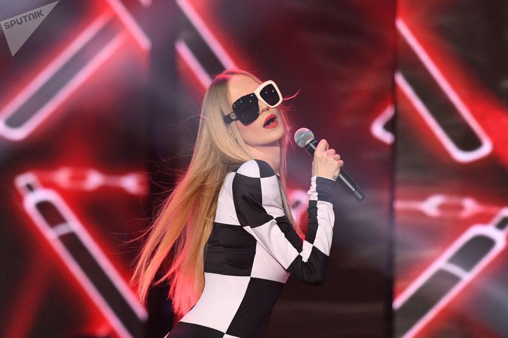 Ruská zpěvačka Natalja Čisťakovová-Ionovová (Gluk'oZa) vystupuje během finále 25. ročníku soutěže Krása Ruska.