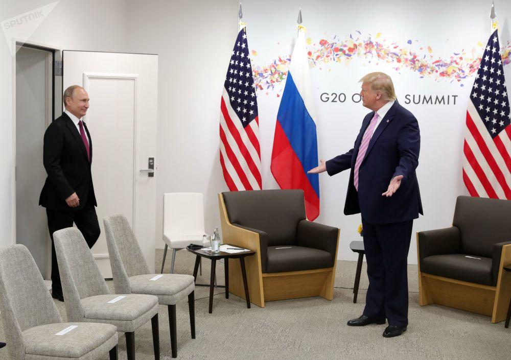 Americký prezident Donald Trump vítá ruského lídra Vladimira Putina.