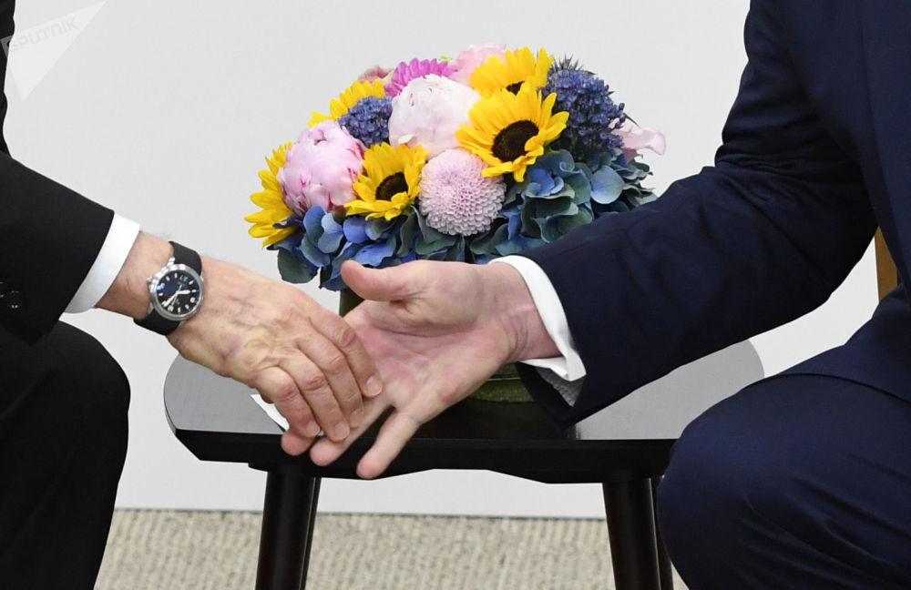 Lídři Ruska a USA Vladimir Putin a Donald Trump si podávají ruce.