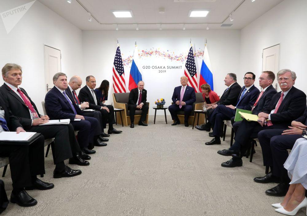 Ruska a americká delegace během schůzky lídrů Ruska a USA Vladimira Putina a Donalda Trumpa na okraj summitu G20 v Ósace.
