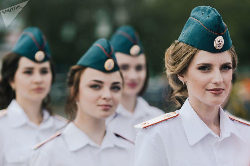Studentky Ivanovské požární a záchranářské akademie Státní protipožární služby ruského ministerstva pro mimořádné situace během slavnostního ukončení studia.