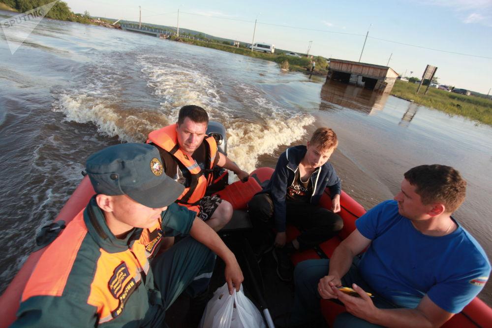 Záchranáři v jedné ze zatopených oblastí Tulunu.