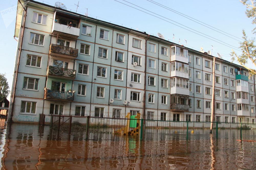 Bytový dům v zatopené oblasti Tulunu, Irkutská oblast.