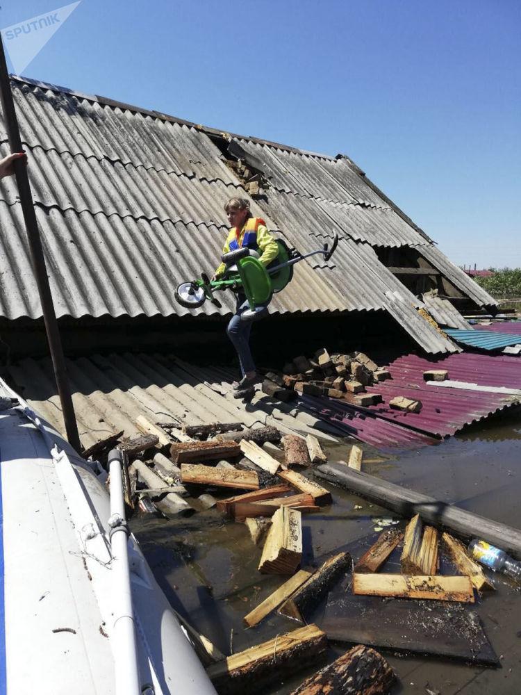 Dům v zatopené oblasti Tulunu, Irkutská oblast.