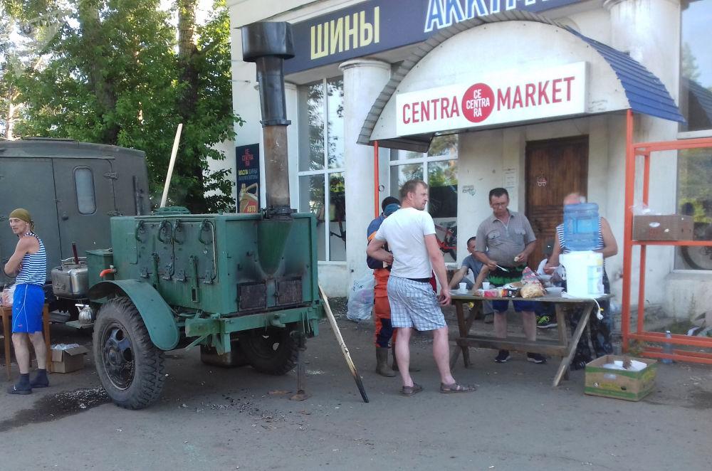 Polní kuchyně pro obyvatele zatopeného města Tulun.