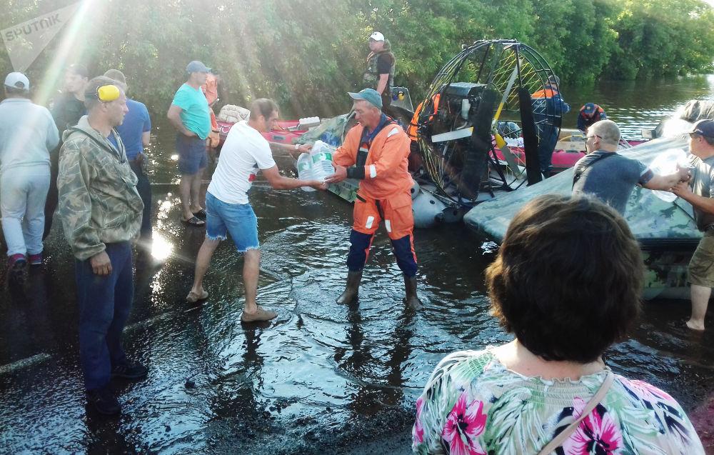 Záchranáři přinesli pitnou vodu obyvatelům zaplaveného Tulunu.