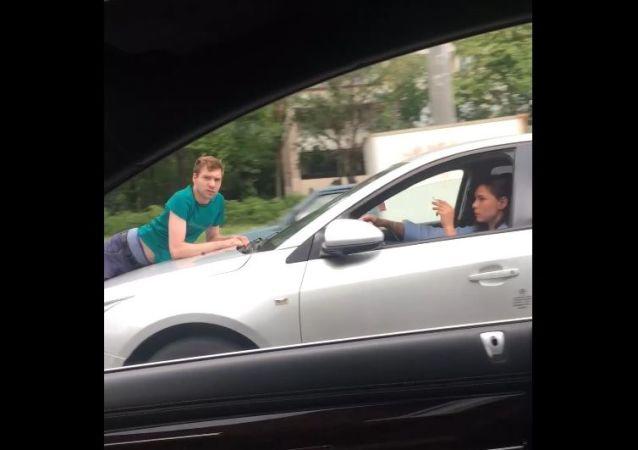 V Petrohradu dívka chladnokrevně kilometr a půl vezla nápadníka na kapotě auta