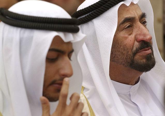 Šejk Khalid bin Sultan Al Qasimi a jeho otec Dr Sultan bin Muhammad Al Qasimi. Archivní foto