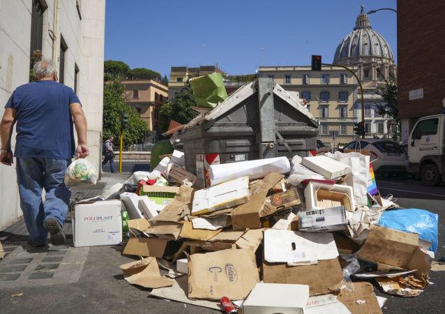 Odpadky na ulici v Římě