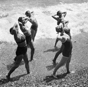 Ranní cvičení na pobřeží Černého moře na Krymu, 1953.