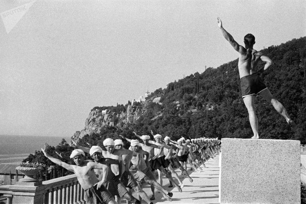 Ranní cvičení v jednom z rekreačních středisek Krymu, 1954.