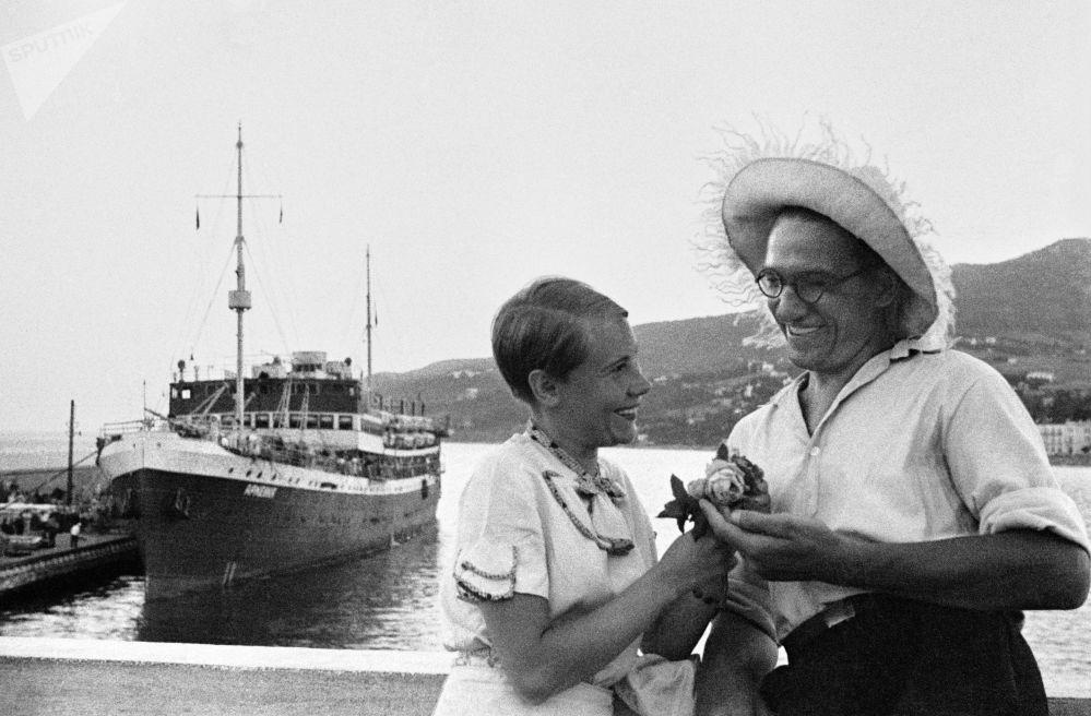 Pár v přístavu Jalty. Krym, 1956.