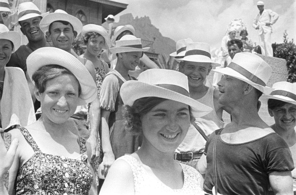 Mládež si užívá dovolené v Jaltě. 1939.