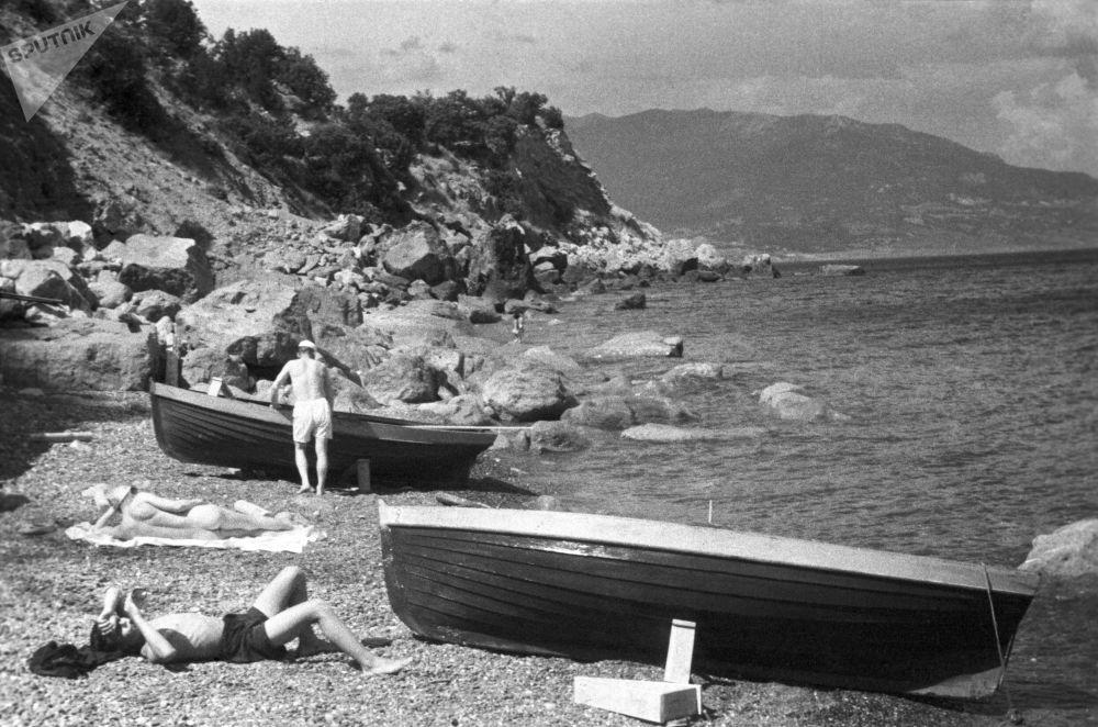 Opalování u Černého moře. Krym, 1950.