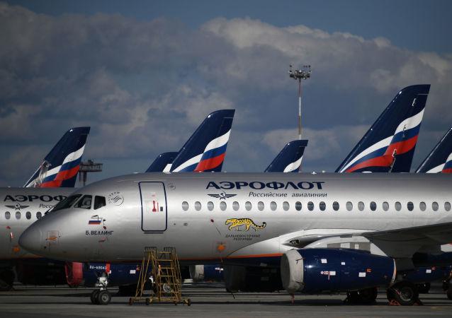 Sukhoi Superjet 100 na parkovišti letadel na letišti Šeremeťjevo v Moskvě