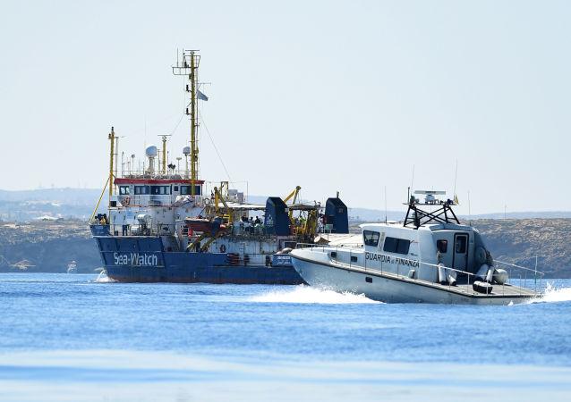 Pátrací a záchranná loď Sea-Watch 3 přepravující migranty u ostrova Lampedusa, Itálie