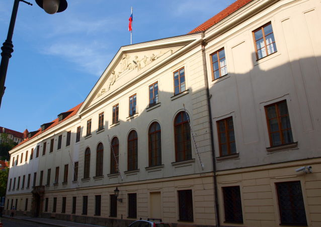 Thunovský palác ve Sněmovní ulici v Praze, sídlo Poslanecké sněmovny . Prezident Staňkovu demisi přijmout nemusí. Bývalý hradní právník uvedl, co je opravdu zakotveno v Ústavě ČR