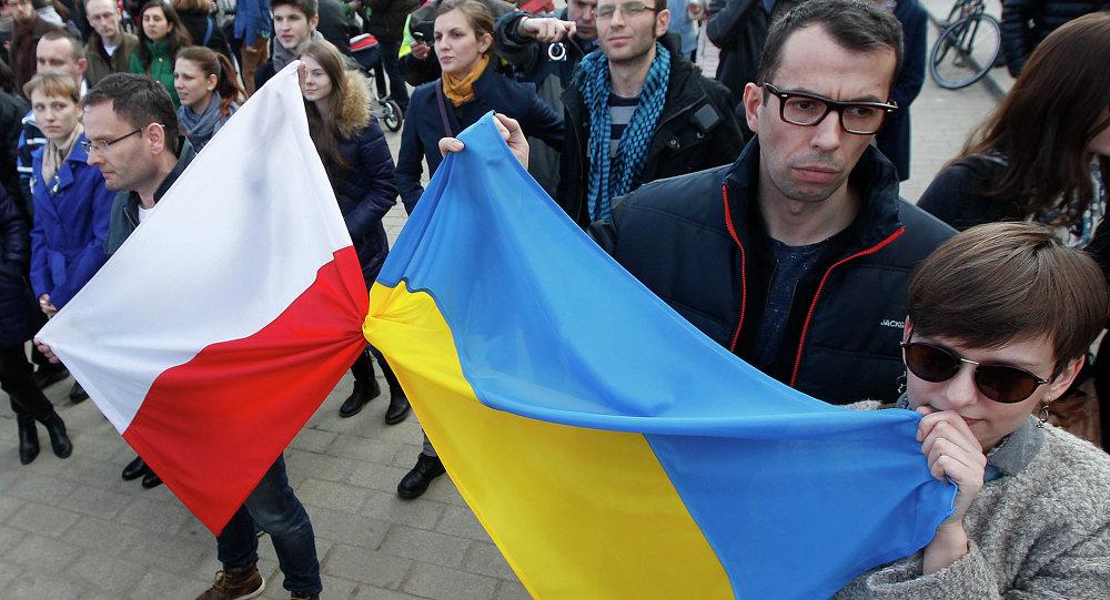 Lidé drží polskou a ukrajinskou vlajku
